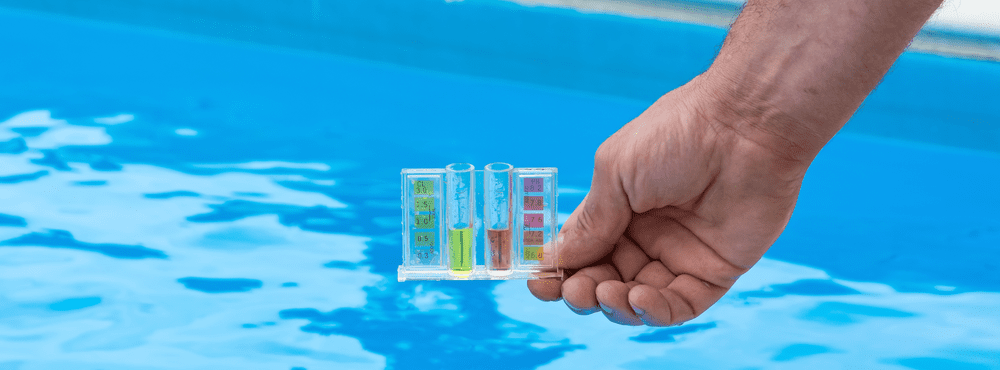 בדיקה ואיזון חומרים בבריכת שחיה ביתית – המדריך המלא